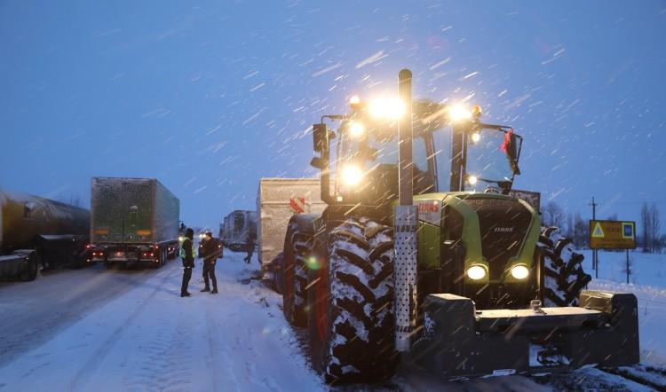 На дорогах Украины снежный коллапс